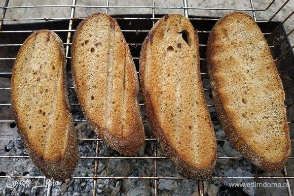 Подсушить хлеб на решетке.