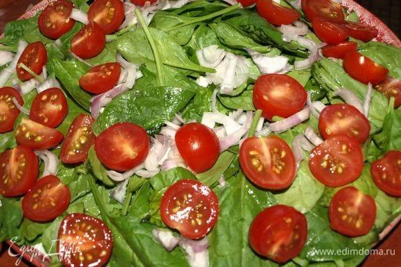 Шпинат промыть, дать стечь воде, выложить на блюдо. Лук-шалот очистить, разделить на две части и мелко нарезать. Разложить на шпинат. Помидоры черри промыть, обсушить и разрезать на две половинки. Выкладываем помидоры на остальные овощи.