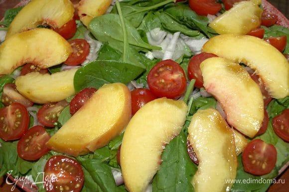 Персик (большой) хорошо промыть, если необходимо, очистить от шкурки. Нарезать на дольки. Раскладываем равномерно на овощи.