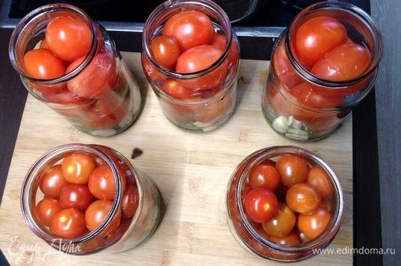 Сперва плотненько раскладываем помидоры по банкам. Чтобы конкретно понять объем, вес и/или штук в каждую. Сливовидных обычно 8–9 штучек влезает в литровую банку, так, для ориентира. На 3-литровую банку уходит обычно 1,5 кг, по моему, так любого сорта:) Еще на этом этапе можно точно определить объем воды: как разложили помидорки по банкам, залили их водой, так общий объем маринада поймем.