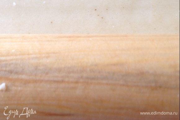Раскатать тесто в пласт, выложить нарезанные дольками абрикосы, сверху присыпать малиной, мелко порубленным жереным миндалем ТМ «Семушка» и коричневым сахаром. Выкладывая начинку, нужно отступить от края примерно по 5 см.