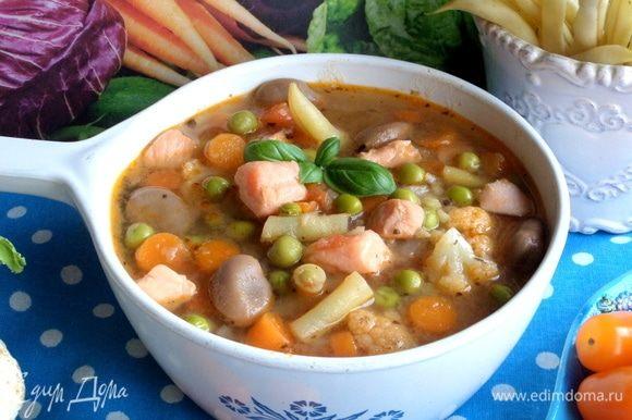 Густой овощной супчик с рыбой готов. Разлить по порциям.
