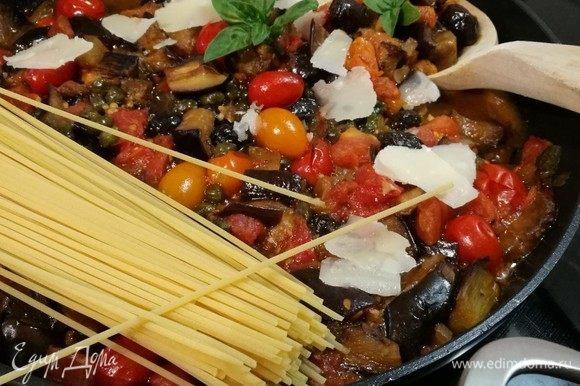В конце посыпать хлопьями пармезана и листиками базилика. Можно насладиться соусом со свежим хлебом, а можно и в виде пасты со спагетти, также подойдет рассыпчатый кускус. Приятного!