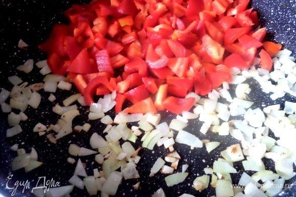Для овощной подливы нарезать и обжарить паприку и лук с чесноком.