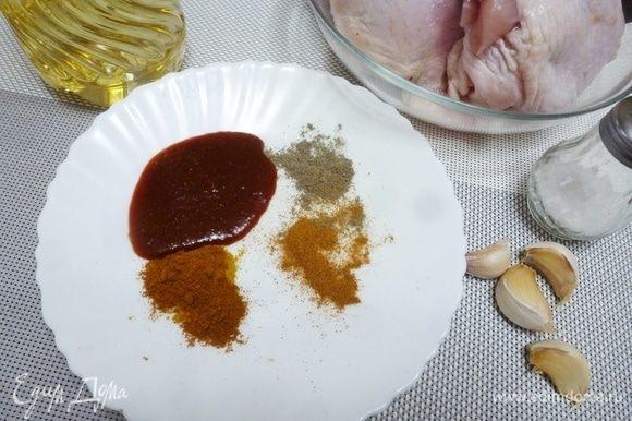 Подготовить все ингредиенты. Смешать указанные для маринада ингредиенты. Вместо салчи я часто беру грузинский острый соус.