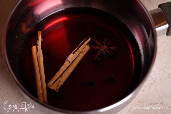 В сотейнике смешать вино и воду, добавить все специи и довести до кипения на среднем огне.