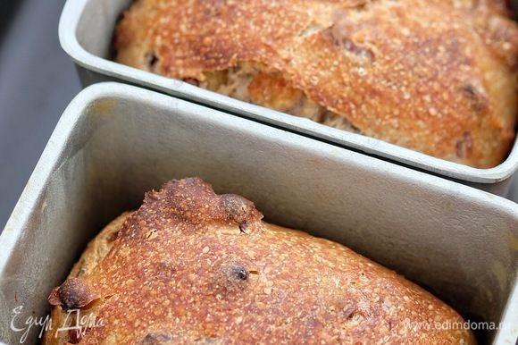 Выпекать хлеб 20 минут с паром при температуре 250°C, заранее очень хорошо прогреть духовку с гусятницей или камнем для выпечки (в данном случае можно и без камня, но желательно) и емкостью для подачи пара, затем пар убрать и допекать хлеб при 200°C 25–30 минут до золотистого цвета. Проверить хлеб на готовность — температура внутри хлеба должна быть 95–98°C. Я хлеб выпекала в гусятнице, в нее прекрасно уместились формы Л11.