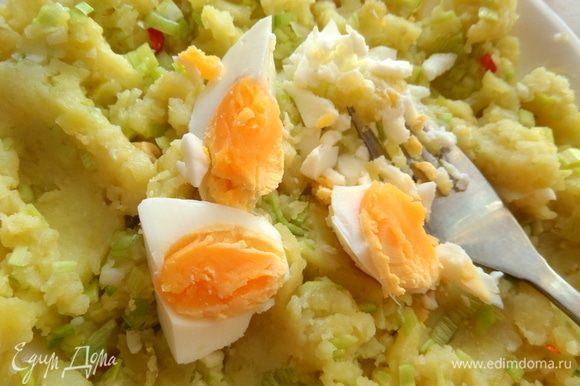 Заранее отварить яйца (4 мин.) и одно размять вилкой.