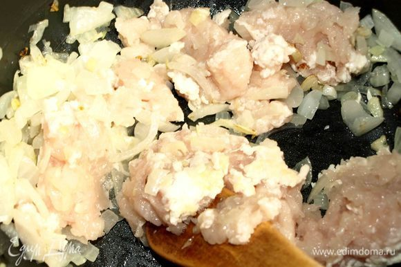 Добавляем измельченное куриное филе. Готовим несколько минут.
