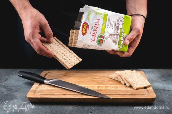 Хлебцы с луком ТМ «ОГО» разрежьте пополам.