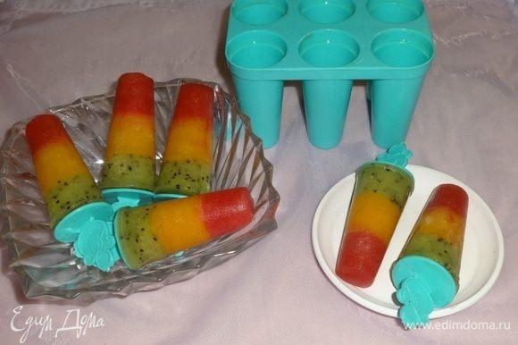 Достать формы с мороженым из холодильника. На несколько секунд опустить в горячую воду и вытащить мороженое из формочек. Угощайтесь! Всем приятных летних впечатлений!