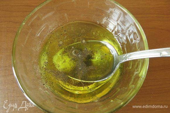 Соединяем масло оливковое, уксус, соль и перец. У меня уксус, настоянный на цветках бузины.