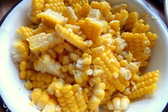 Для супа срезать с готовой кукурузы нужное количество или по старинке берем консервированную.