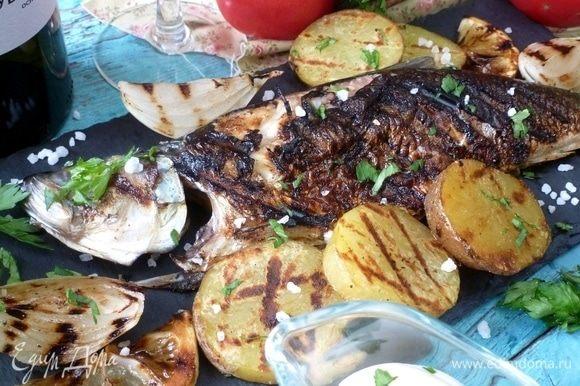 Выложить рыбу на тарелку, обложить картофелем, луком. Овощи посыпать крупной солью, нарубленной зеленью. Не забудьте про бокал прохладного белого вина! ;))
