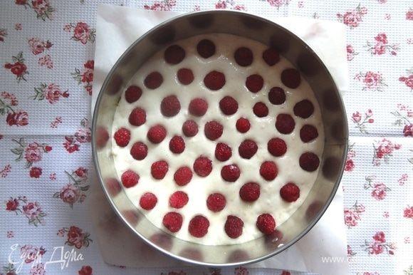 Сверху на тесто равномерно выложить ягоды.