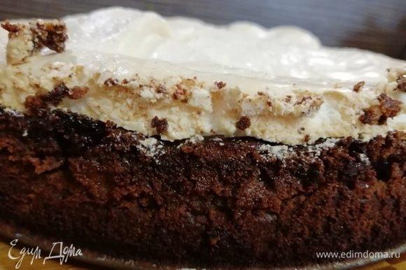 Немного охлаждаем тарт, ножиком проходимся по краю формы и снимаем ее.