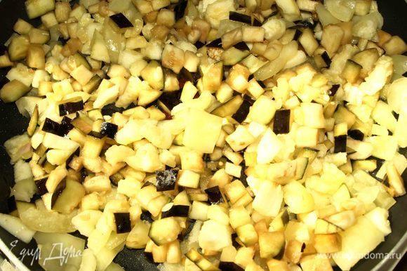 На сковороде разогреть растительное масло. Обжариваем баклажан, перец и кабачок. При желании добавить соль и перец.