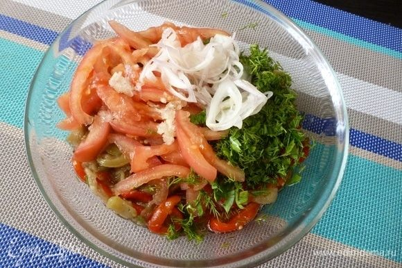 Соединить в салатнике овощную соломку, маринованный лук, выдавленный через пресс чеснок и мелконарубленную зелень.