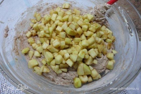 Соединяем яично-масляную смесь с сухими ингредиентами, перемешиваем и добавляем яблоки вместе с жидкостью. Еще раз перемешиваем.