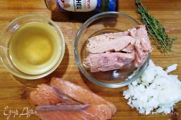 Основные ингредиенты для котлет. Из баночки тунца в оливковом масле ТМ «Магуро» сливаем масло (для соуса и для теста). Лук нарезаем, филе семги (у меня домашнее слабосоленое) подготавливаем. Возьмем несколько веточек тимьяна.