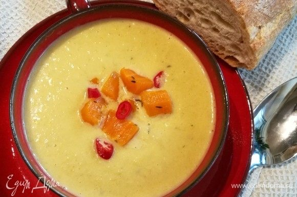 Я отложила немного морковки для подачи и несколько колечек перца чили. Можно подавать суп с сухариками, любимой зеленью.