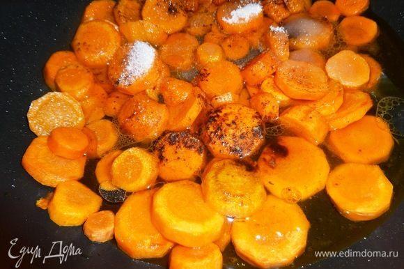 Всыпать в сковороду с морковью сахар и корицу, влить стакан воды, убавить огонь.