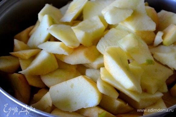 Яблоки нарезаем ломтиками.