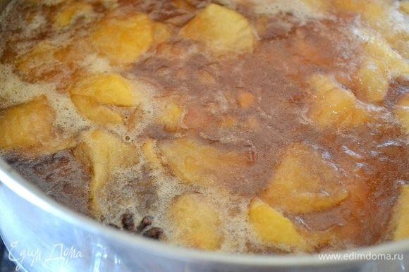 Проверяем готовность джема примерно через 40–60 минут. Капля не должна растекаться по чистой тарелке, сам джем уже существенно загустел, яблочные ломтики разварились.