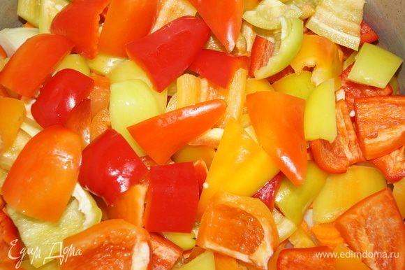Далее нарежьте сладкий перец и ровным слоем уложите на морковь.
