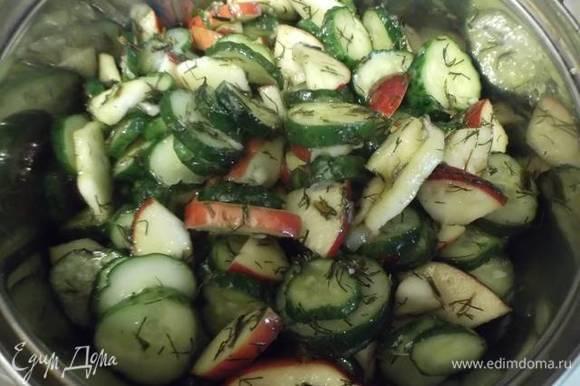 Затем переложить салат в кастрюлю и поставить на огонь.