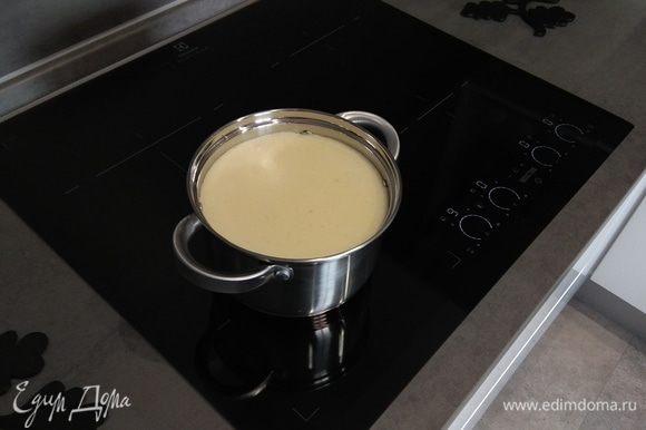 В центр образовавшейся воронки медленно и равномерно вливаем взбитые яйца. После того как яйца оказались в кипящей воде, ждем 30–50 секунд. Отключаем плиту, затем в заранее заготовленный дуршлаг сливаем содержимое кастрюли. То, что остается в дуршлаге, и есть наш нежнейший омлет-суфле.