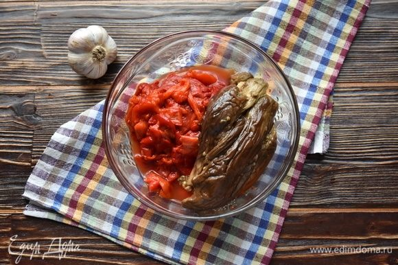 К подготовленным овощам добавить измельченный чеснок.