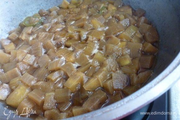 Вливаем воду, так чтобы она прикрыла баклажаны и готовим под крышкой 20–30 минут.