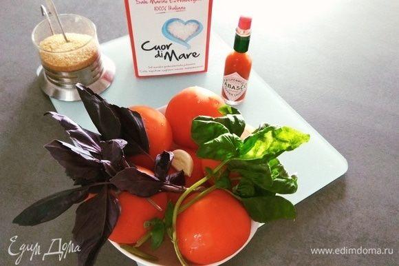 Для приготовления нам потребуется: томаты, базилик, чеснок, соус табаско (возможно заменить другим аналогом), сахар коричневый (можно любой другой), соль морская крупная (можно любую другую). Овощи промыть, обсушить.