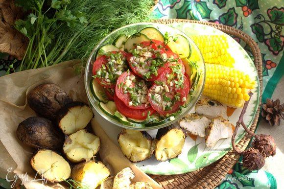 Кукурузу отвариваем заранее, но самая вкусная она горячая, политая сливочным маслом, посыпанная солью и перцем.