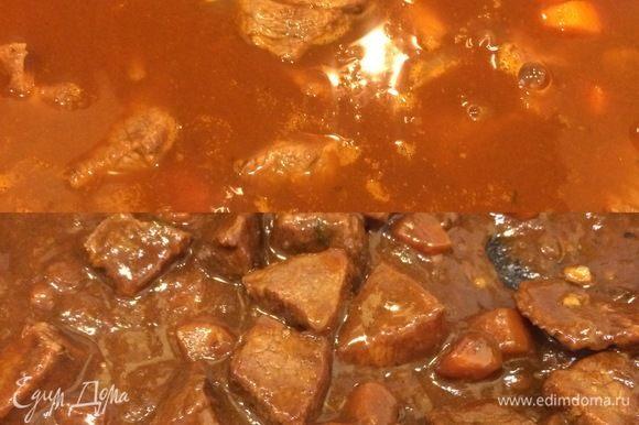 Затем залить бульоном, добавить лавровый лист, перемешать, уменьшить огонь и тушить 1,5–2 часа.