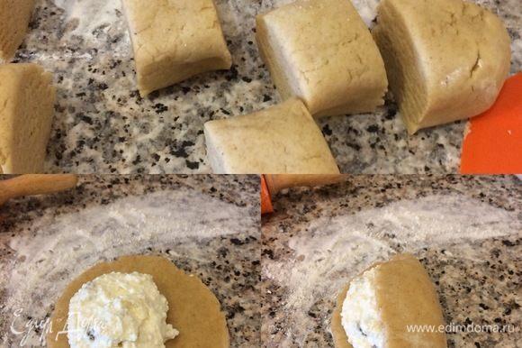Духовку нагреть до 180–190°C. Тесто достать из холодильника, разделить на 6 частей. Рабочую поверхность слегка присыпать мукой, раскатать каждую часть в круг, положить немного начинки на одну часть теста, а второй частью накрыть и слегка защипать края.