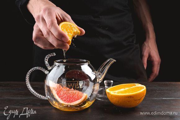 Выжмите апельсиновый сок.