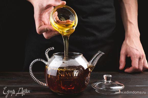 В готовый напиток добавьте жидкий мед, украсьте веточкой чабреца и подавайте к столу.