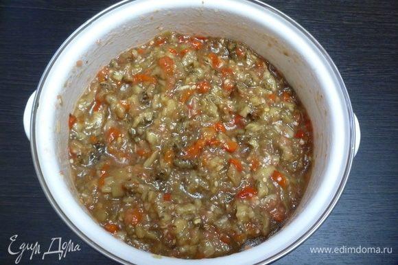 «Кьопоолу» уже можно подавать на стол. Нарезать зелень петрушки или кинзы и добавить в икру для насыщенного аромата! Для хранения разложить в полулитровые банки и стерилизовать 10 минут с момента кипения.