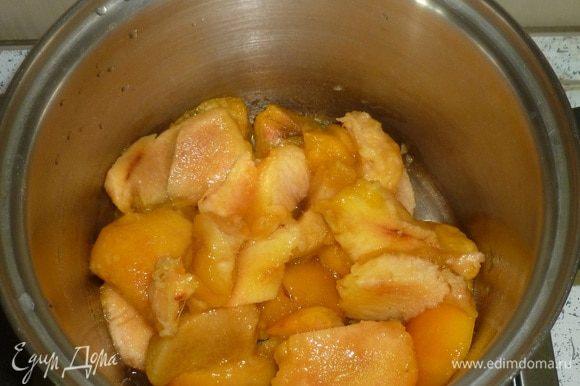 Подготовленные персики выложить в кастрюлю, добавить 1 ст. л. воды, довести до кипения. Варить под крышкой 15 минут. Немного остудить.