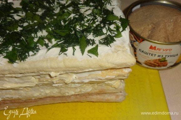 Собрать закусочный торт в таком порядке: корж с паштетом из тунца, на него корж с яичной массой, далее корж с маслом, и последним — корж со сливочным сыром. Посыпать торт зеленью. Дать постоять 10–15 минут.