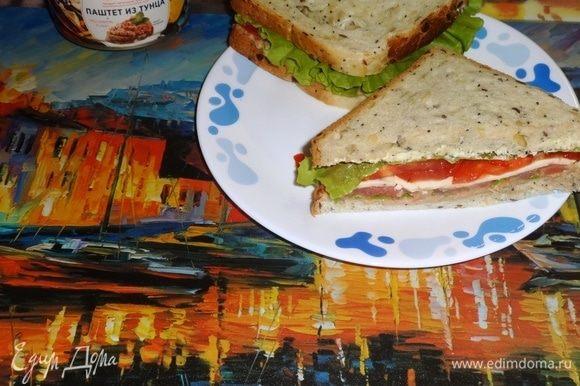 Рыбный сэндвич готов. Осталось разрезать его по диагонали на 2 треугольника и подать к столу. Угощайтесь! Приятного аппетита и удачного дня!