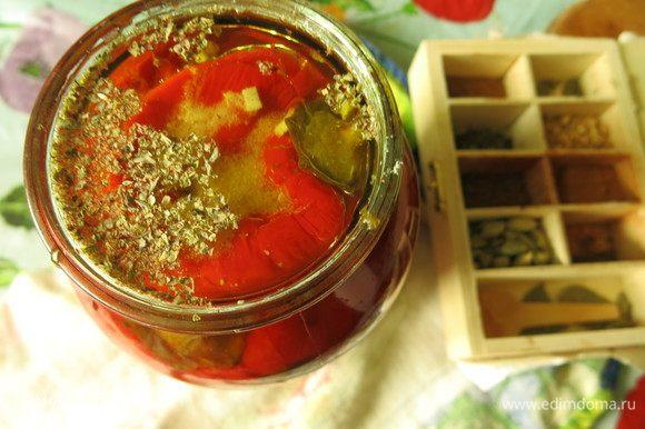 Для консервации кладем перец в стерилизованные банки, добавляем чайную ложку соли, травки сухие, ложку уксуса, заливаем маслом.