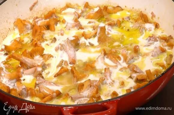 Добавить в сковороду сливочное масло и каштаны, все перемешать и немного обжарить, затем влить сливки.