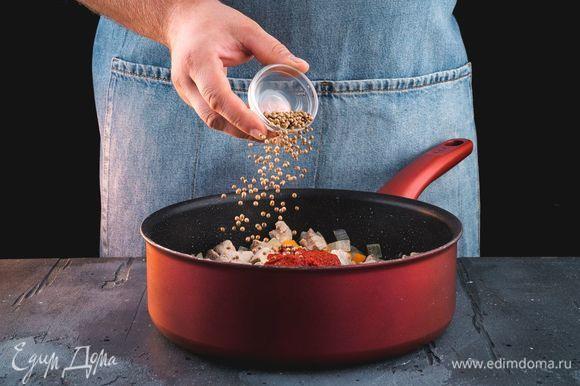Добавьте томатную пасту и специи по вкусу. Хорошо все перемешайте. Тушите мясо до готовности.