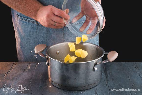 Очищенный картофель добавьте в бульон и варите 20 минут.