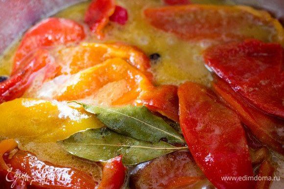 Поместить перец в кастрюлю с маринадом, довести до кипения и тушить на небольшом огне под крышкой 15–20 минут.