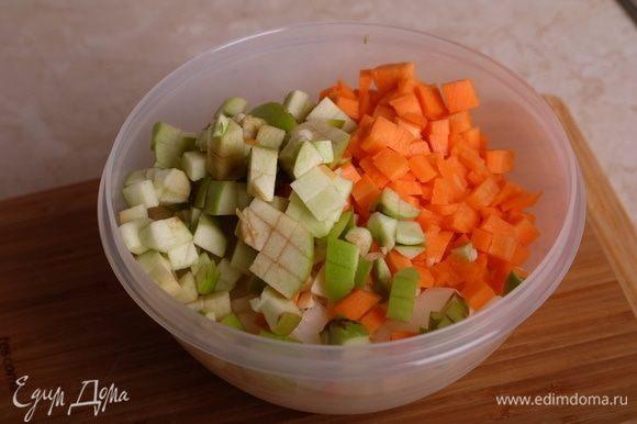 Все остальные овощи также вымыть, все, что нужно, почистить (перец, яблоко, чеснок, лук, морковь), также нарезать кубиком, соединить все вместе.