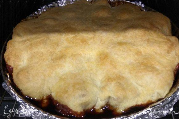Достаем тарт и даем немного остыть. Затем накрываем тарт тарелкой, большей по размеру, чем форма, и переворачиваем форму вверх дном. Делать это надо аккуратно, так как карамель, в которой запекались персики, жидкая, и ей легко можно обжечься либо испачкаться.